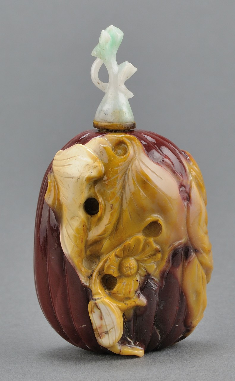 Lot 4: Chinese Carved Mookrite Agate Snuff Bottle