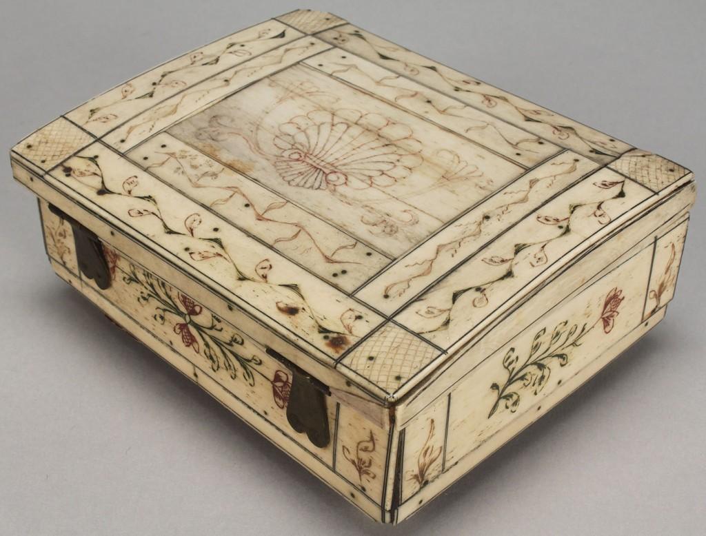 Lot 605: Ivory trinket box