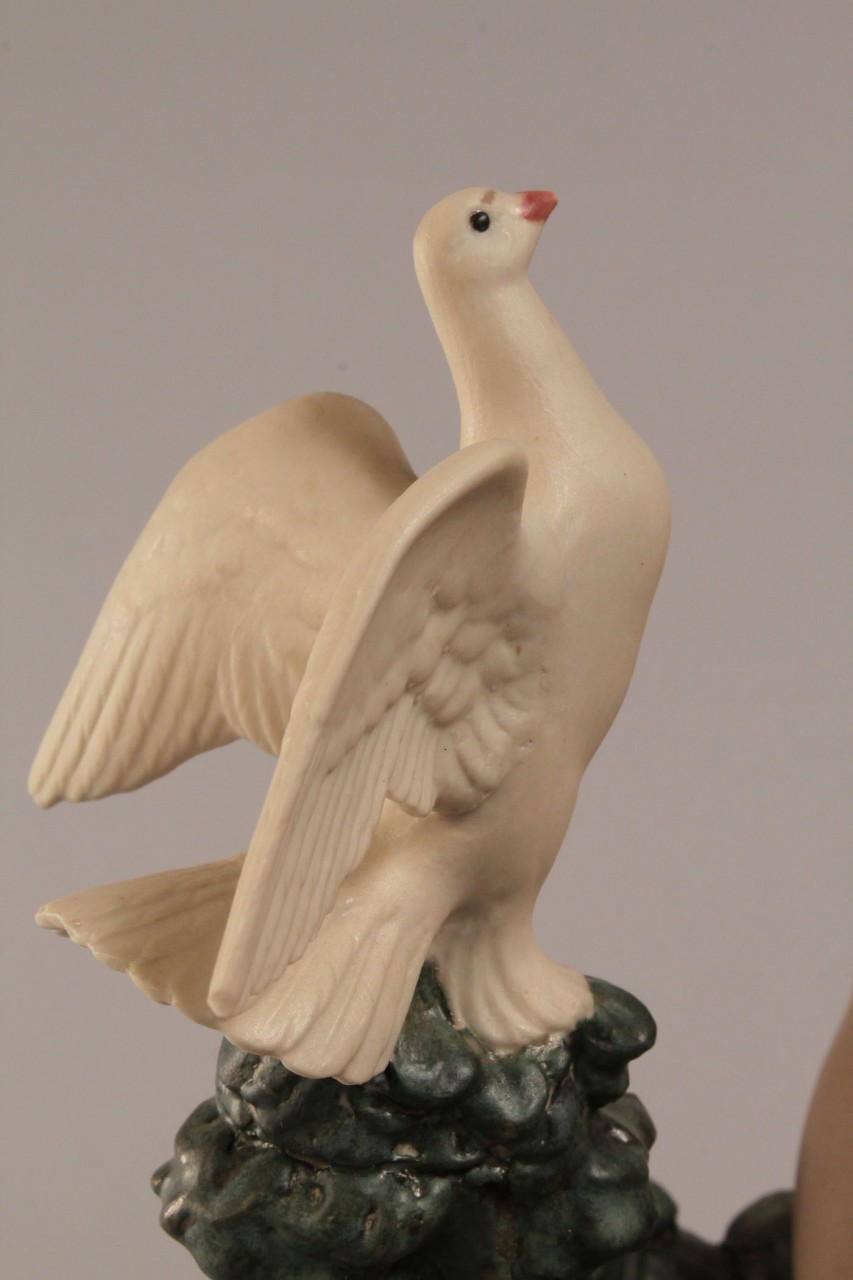 Lot 700: Lladro Nude with Dove