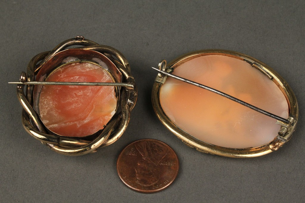 Lot 177: Two cameo brooches incl. goddess with cherub