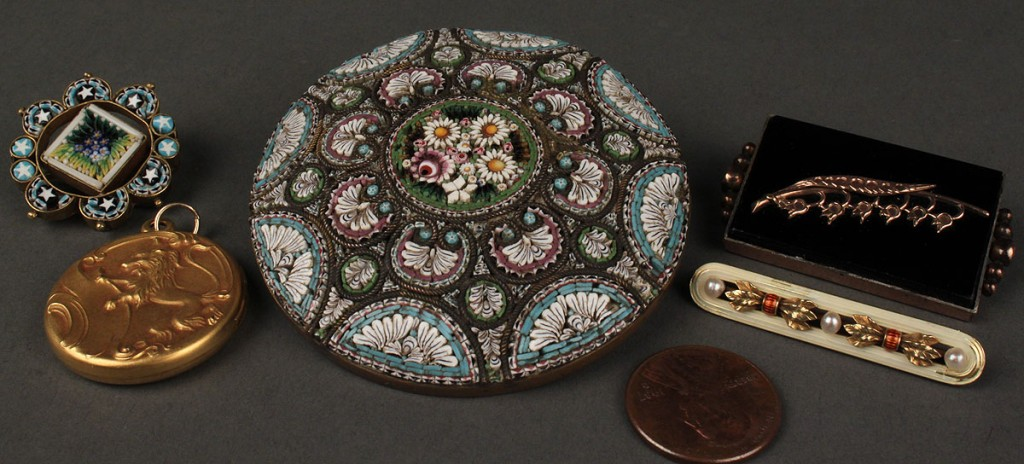 Lot 621: Lot of 5 jewelry items. 4 pins, incl. micro mosaic