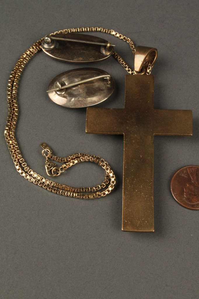 Lot 625: Agate Bull's Eye cross necklace & 2 hair brooches