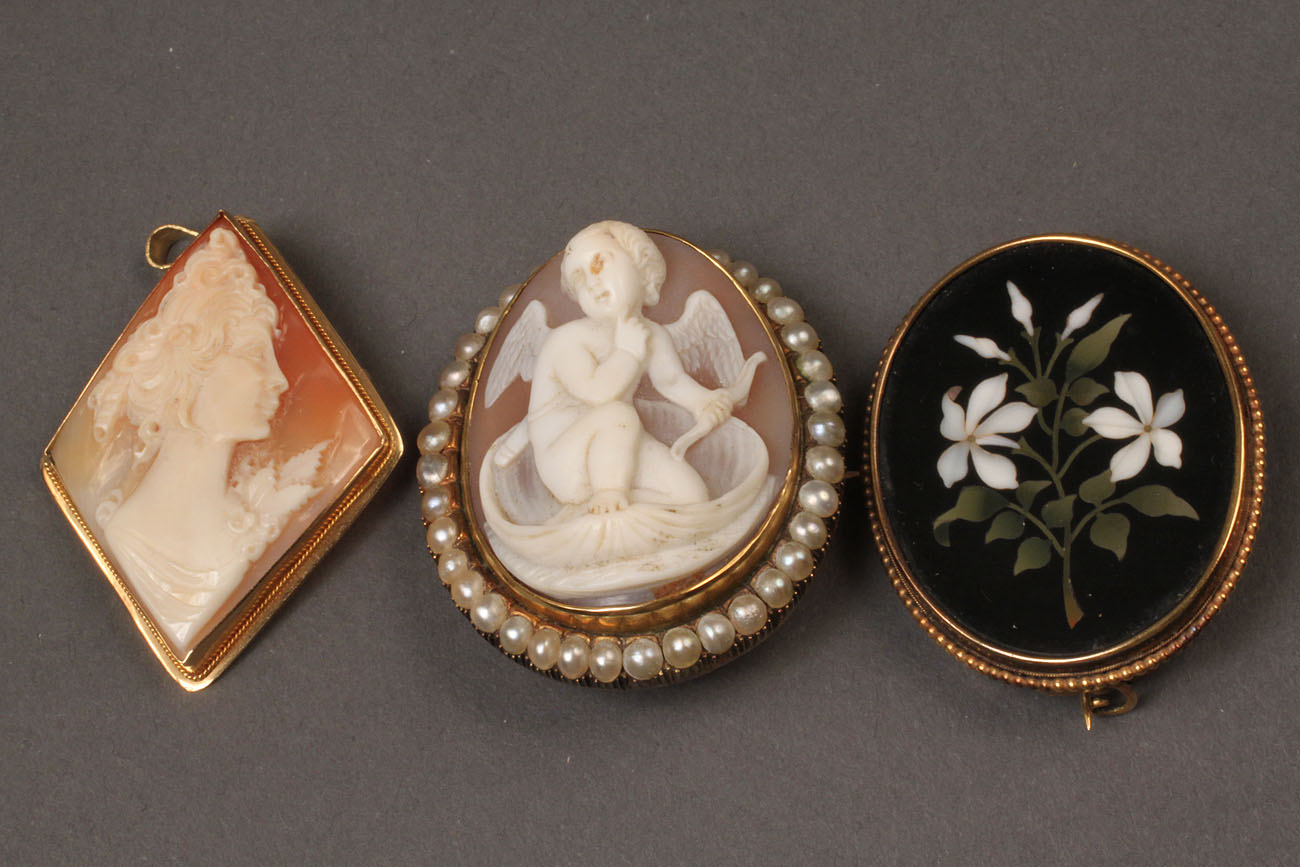 100: 2 antique cameos and a mosaic brooch