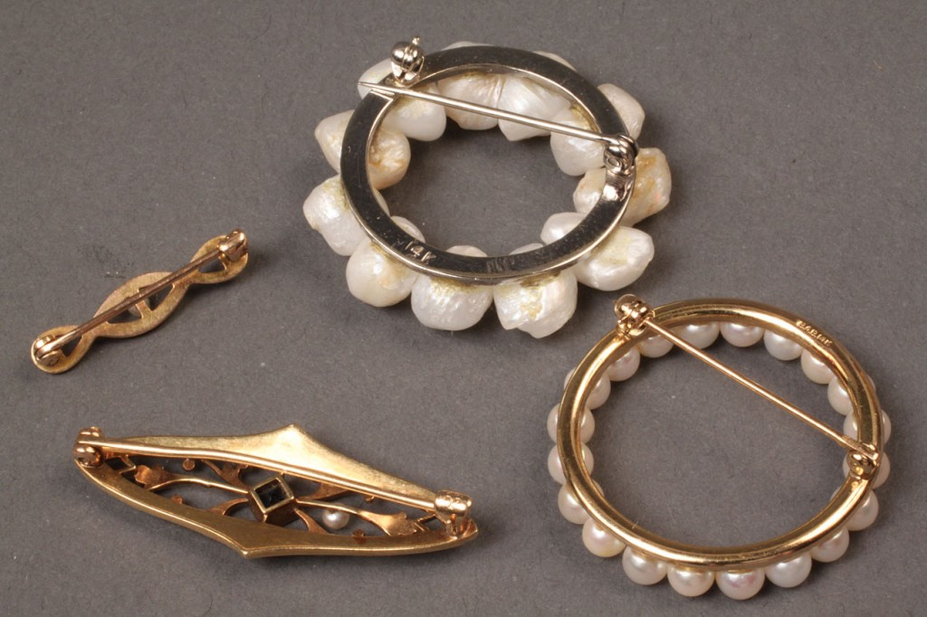 Lot 102: Four vintage Pearl Pins