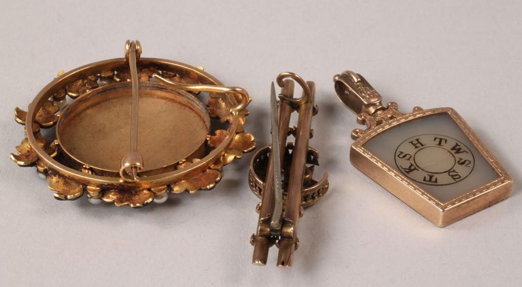 Lot 104: 3 pcs Victorian gold jewelry inc. Masonic fob