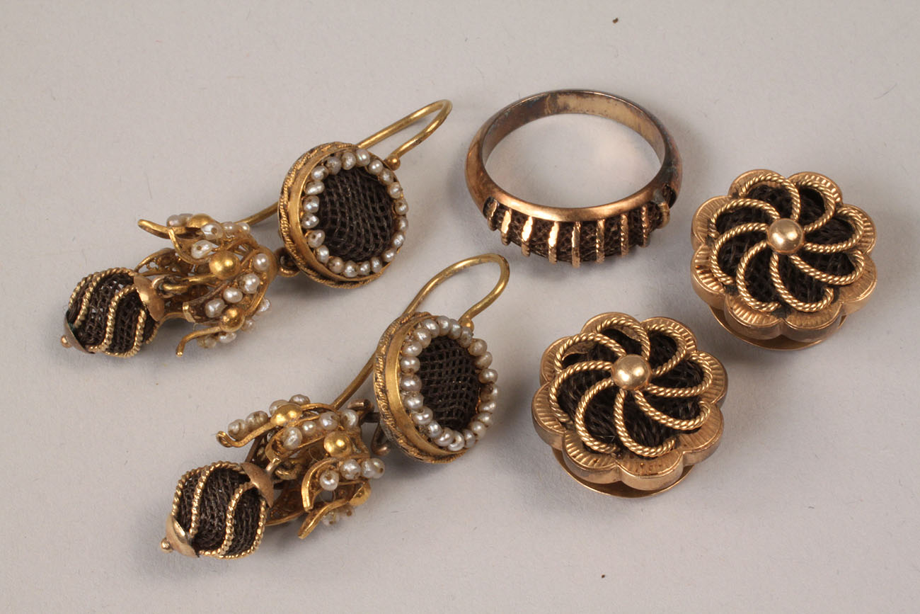 318: Victorian gold and hairwork earrings, cufflinks, a