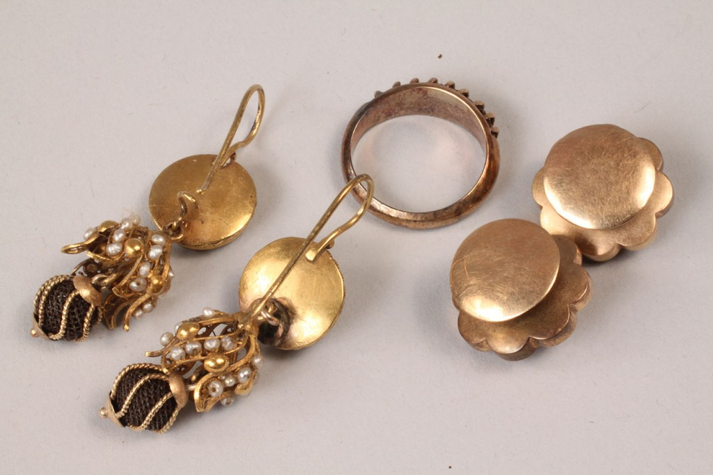 Lot 318: Victorian gold and hairwork earrings, cufflinks, a