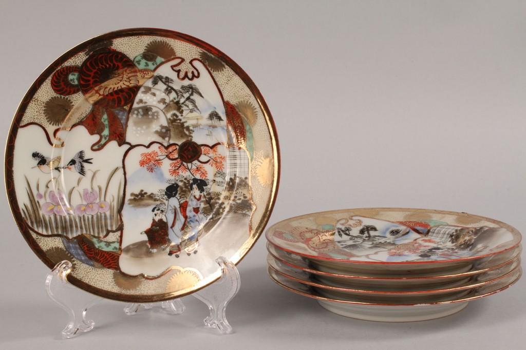 Lot 438: Satsuma porcelain tea service, 19 pieces