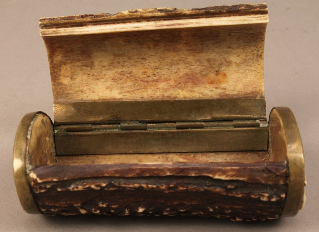 Lot 421: Small horn trinket or snuff box