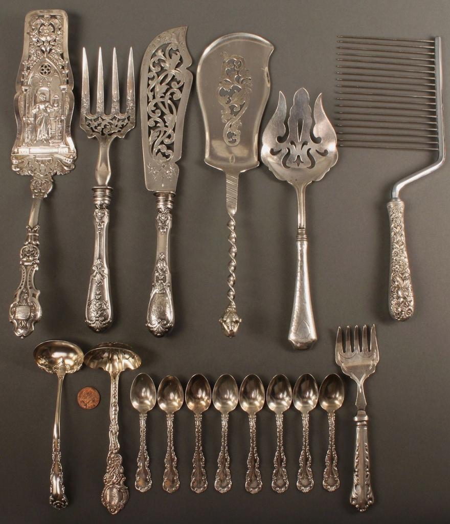 Lot 542: 17 pcs. flatware, inc. Repousse & Louis XV