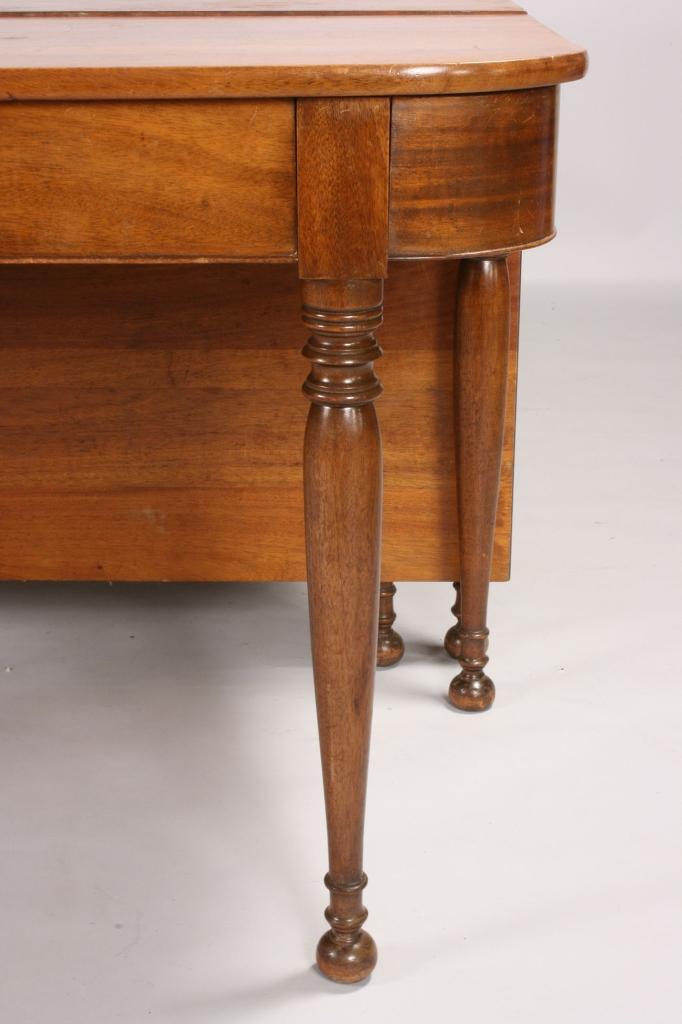Lot 588: Sheraton style Mahogany Banquet Table