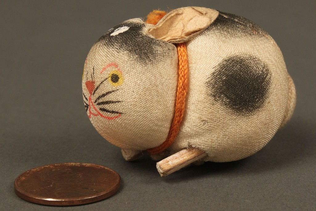 Lot 662: Vintage figural emery & pincushion collection, 14