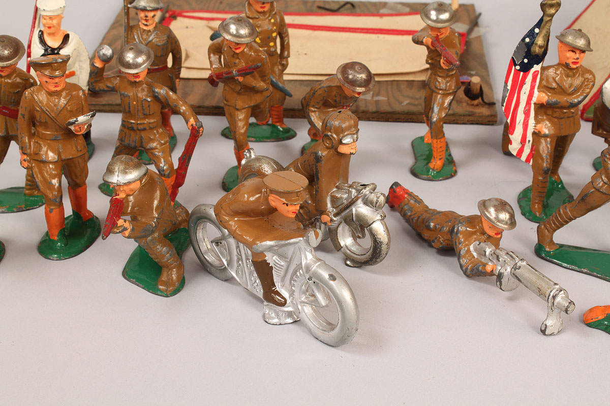 Knoxville Harley Davidson >> Lot 731: WWI & II toy soldiers and tents, Manoil Barclay