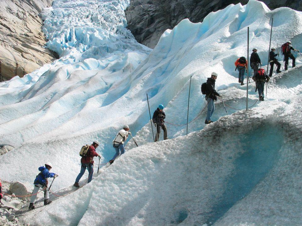 Grupo dos turistas está escalando uma geleira - Crédito foto: Oleg Kozlov - shutterstock.com