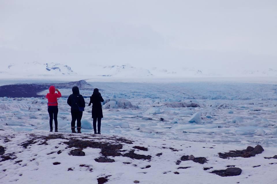admirando o lago de geleiras no Jökulsárlón