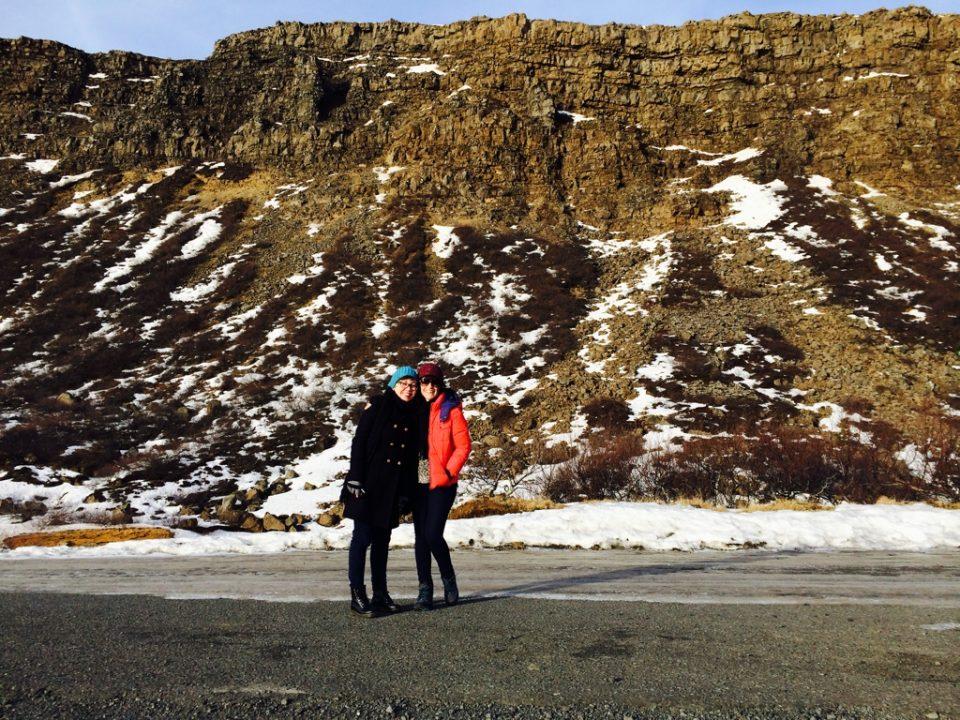 eu e a Dani na entrada do parque de frente pra muralha