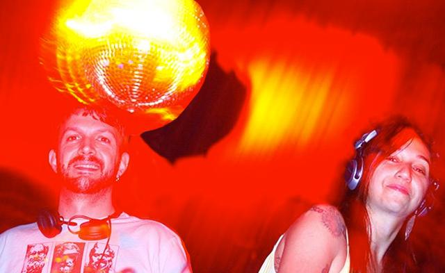 CAMILO ROCHA E CLAU ASSEF ON FIRE NA DISCOLOGY EM 2008, NO LOBBY DO VEGAS (FOTO: NICO OVED)