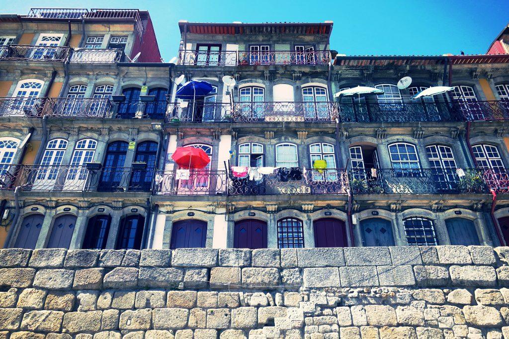 Casas da Cais Ribeira, beirando o Douro. Foto: Edna Winti