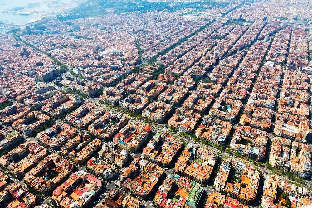 Vista aérea do bairro Eixample por Iakov Filimonov - Shutterstock.com