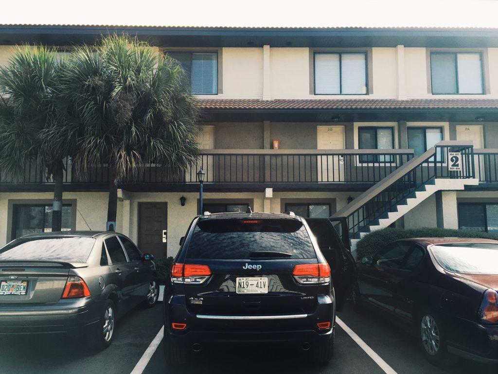 Nosso carro alugado na Avis, na frente do nosso hotel