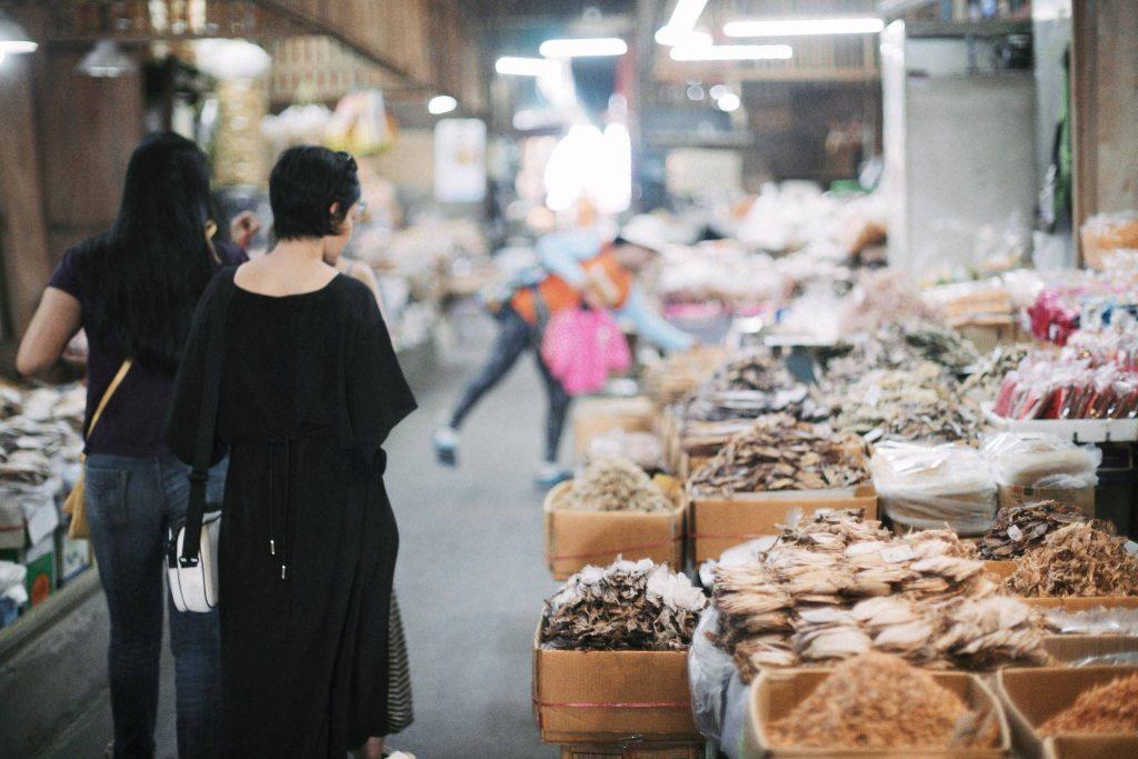 A gente passeando por um dos vários mercados - foto Ola Persson
