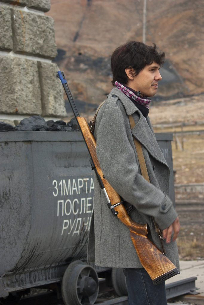 Guia russo com rifle. Foto: Kitty Terwolbeck
