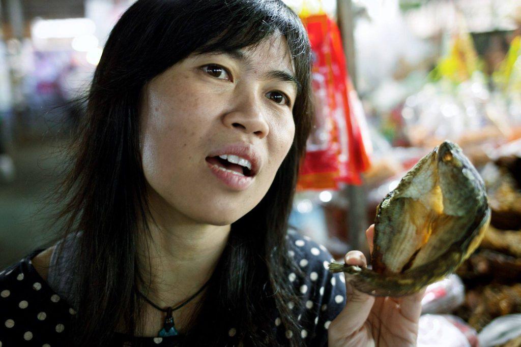 A nossa incrível professora Yui, do Lot of Thai, passeando com a gente no mercado - foto Ola Persson