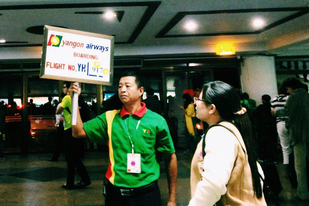 """Nosso vôo sendo """"anunciado"""" em Yangon - foto Lalai Persson"""