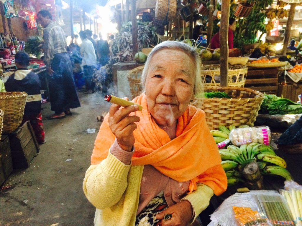 Uma vendedora de produtos diversos que nos conquistou com seu sorrisão e bom papo. Foto: Lalai Persson