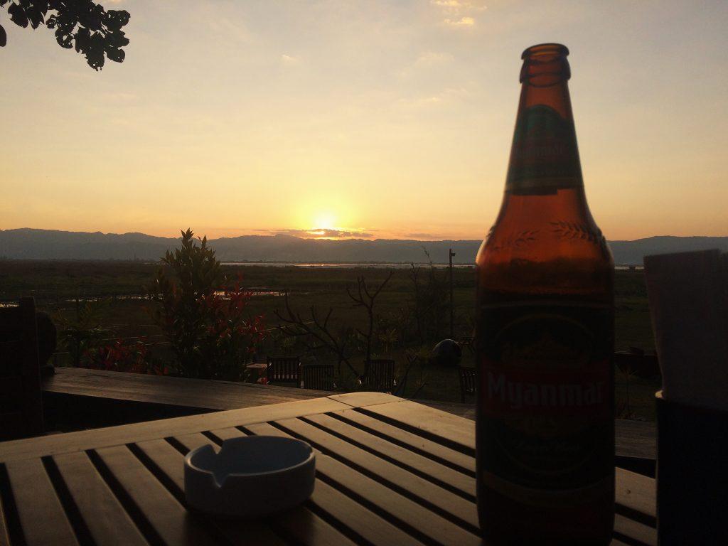 Cerveja e por do sol assistido do hotel. Foto: Lalai Persson