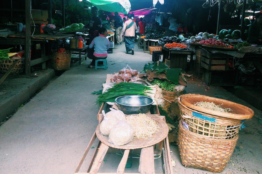 Área com lugares para comer no mercado na cidade. Foto: Lalai Persson