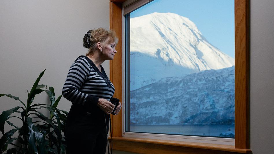 June Miller na janela do seu BB - Foto: Reed Young