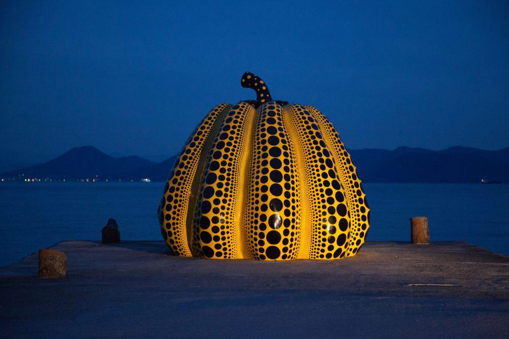 Yayoi Kusama - Pumpkin (crédito: www.flickr.com/photos/jmhullot)