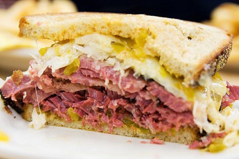 Sanduíche de pastrami do Katz. (Foto: seriouseats.com)