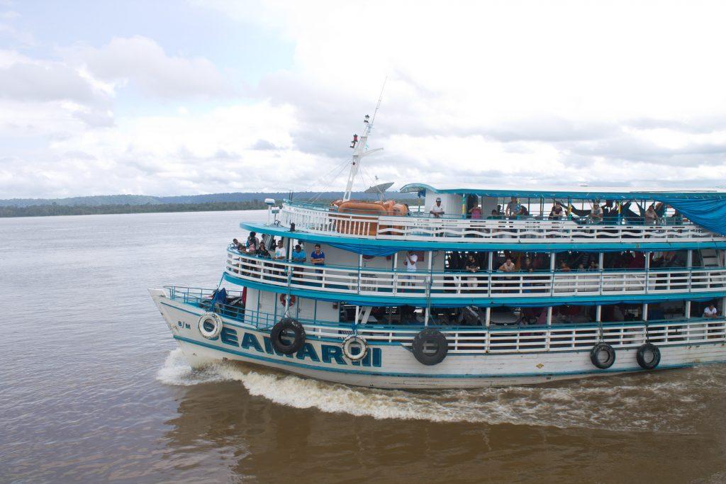 A embarcação Nélio Corrêa e o começo das 72 horas em pisar em terra firme. Crédito: Renata Helena Rodrigues