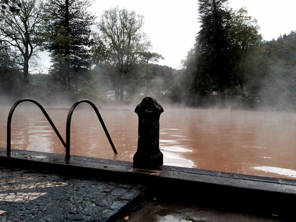 As termas servem para banhos medicinais e recreativos com temperatura a 40•C