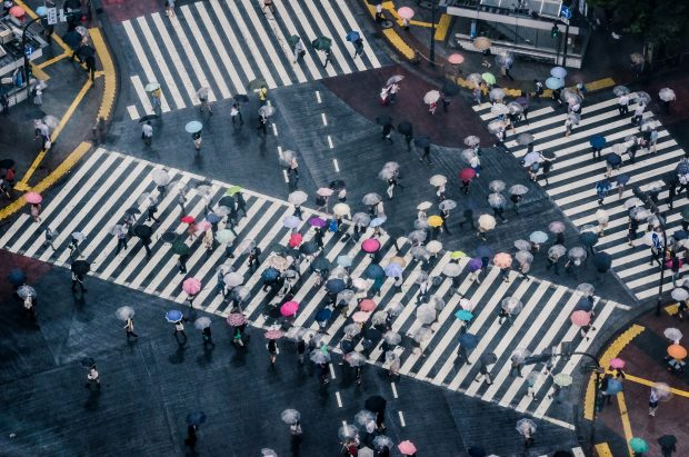 O famoso cruzamento em Shibuya num dia chuvoso.