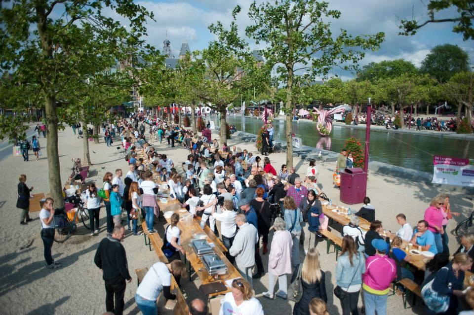 A maior mesa vegetariana do mundo em 2014 na Museumplein em Amsterdã. (Créditos: leonieproeft.nl)