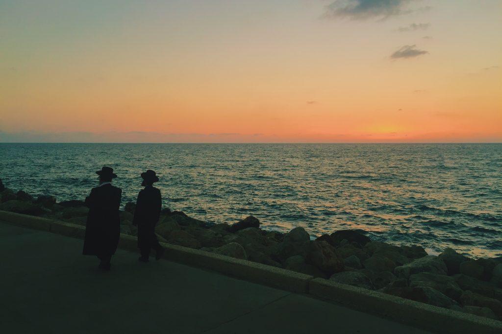 Nem os ortodoxos resistem ao pôr-do-sol no Midron Yaffo.