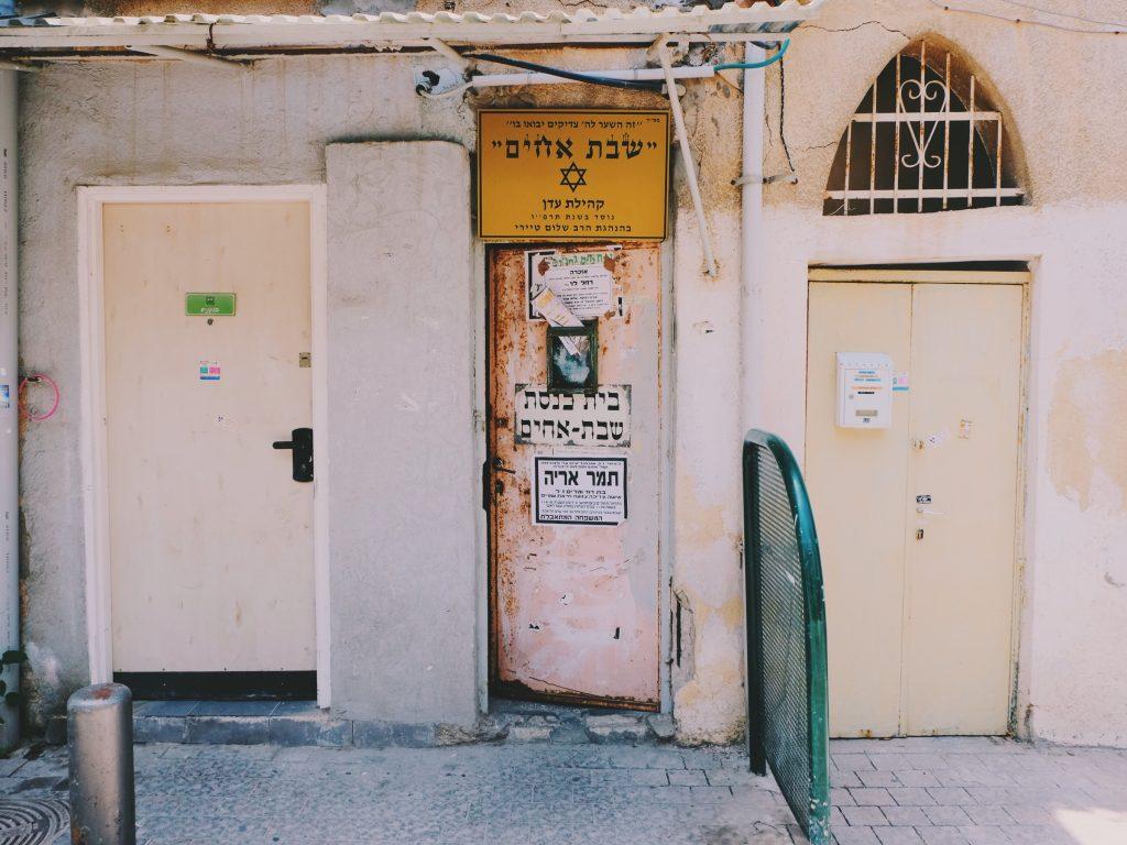 Essa portinha aí é uma sinagoga - só nesse quarteirão existem outras três