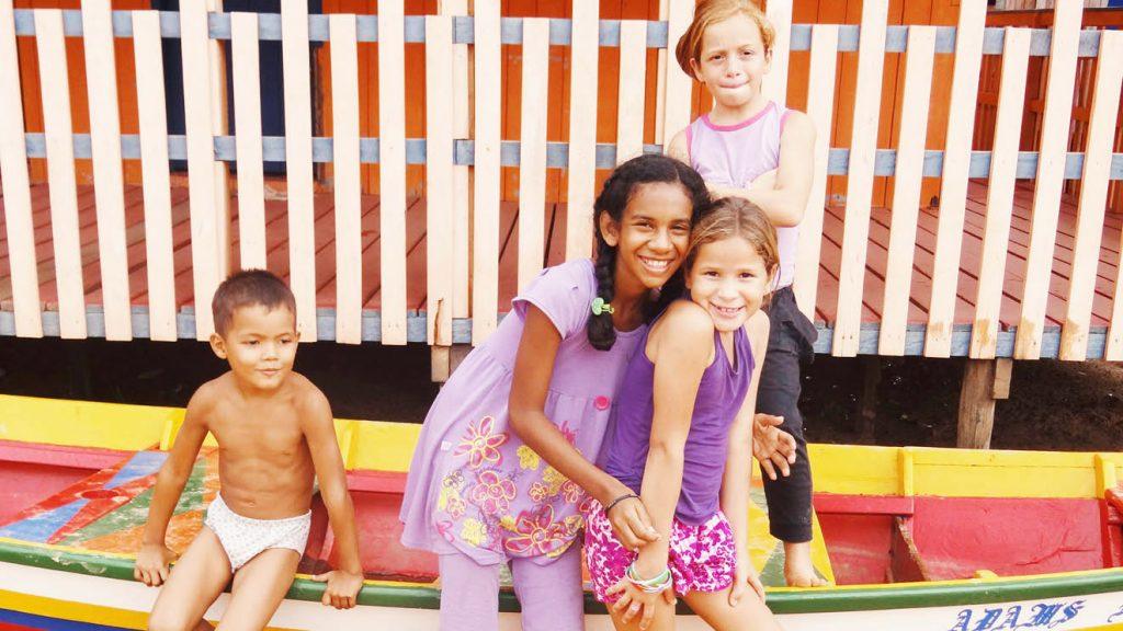 As crianças da Vila do Pesqueiro. Ale, Paulinha, Aline e Juju, sorridentes e fotogênicos. Foto: Flávia Elisa Pereira