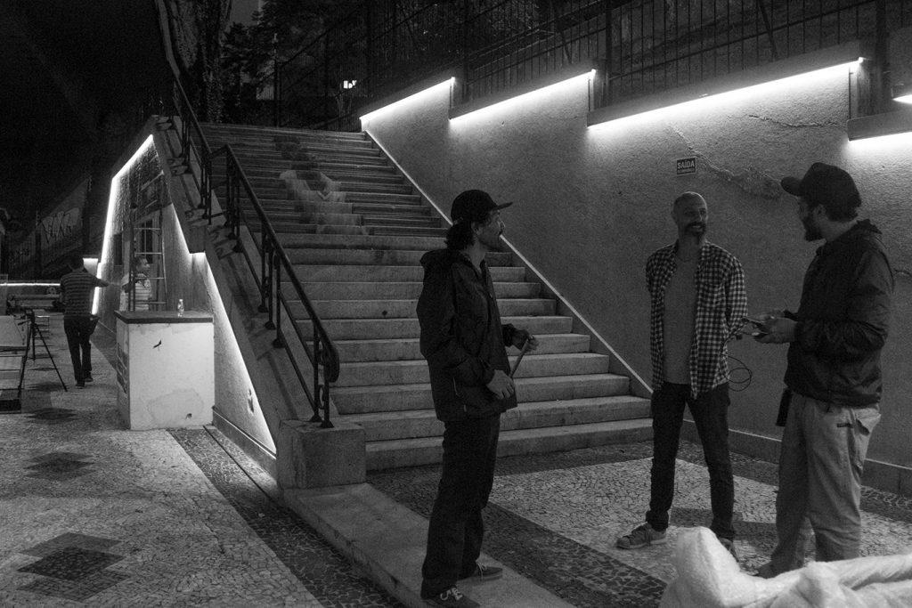Coletivo Rolê montando a exposição. Foto: Frederico Evaristo