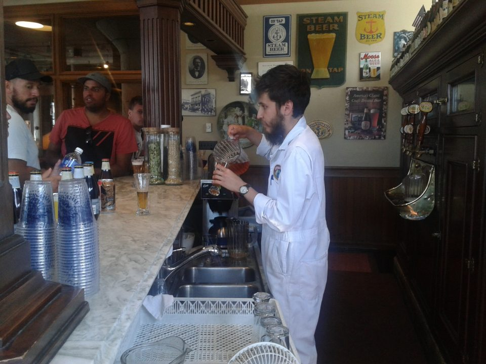 Nick servindo as cervejas da degustação