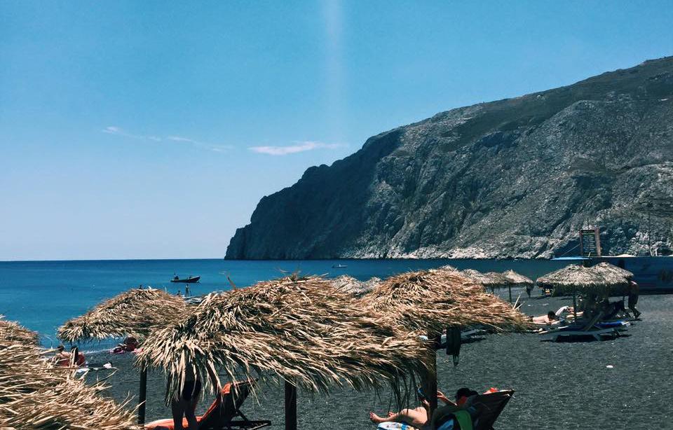 Kamari e sua praia de pedra preta