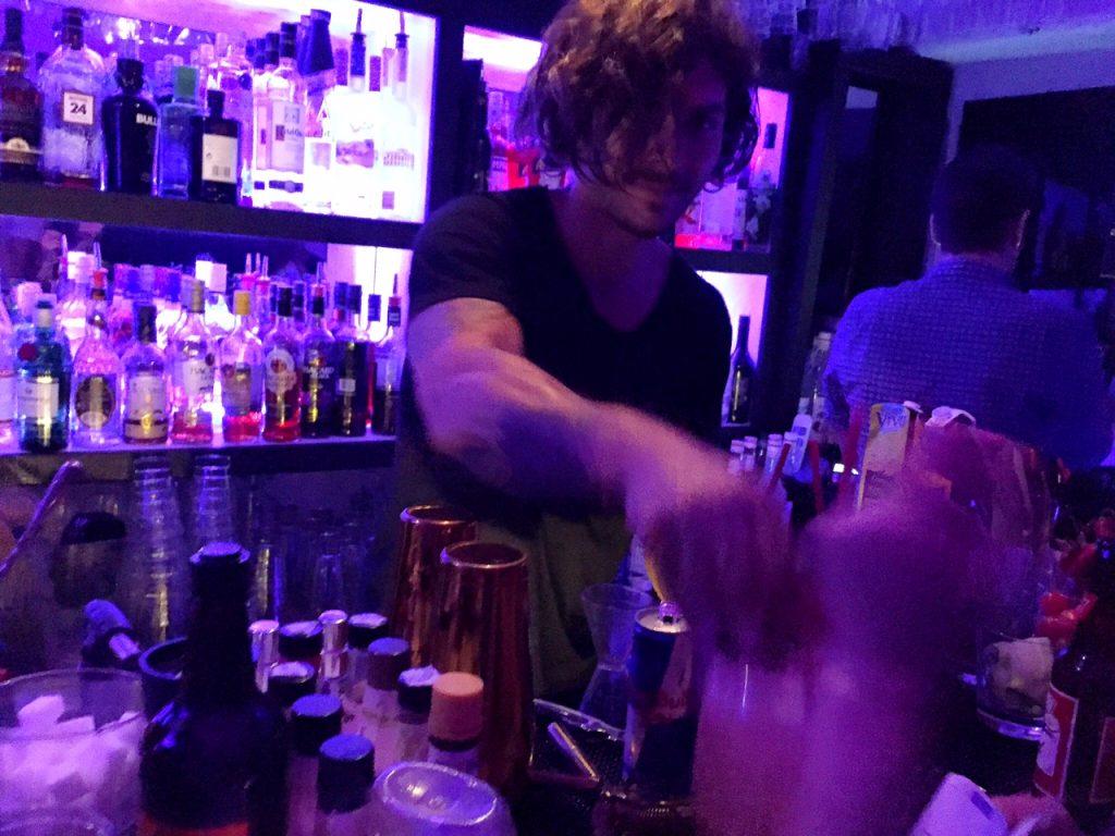 Pode inventar o drink que quiser com o barman do Queen