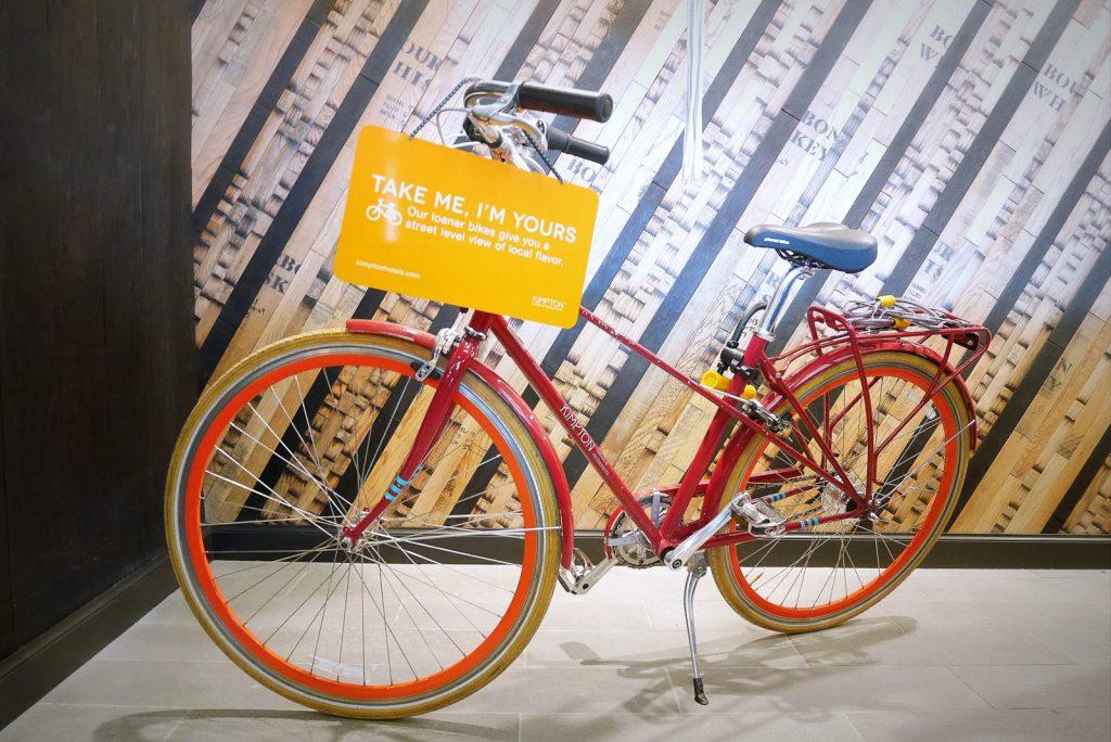 Dá para pedalar graciosamente pelas subidas e descidas suaves do bairro com essa bici estilosa que o Buchanan empresta para os hóspedes.