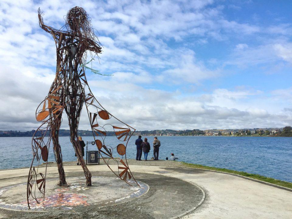 Escultura na beira do lago