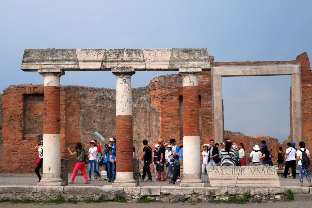 Pompéia: não dá pra escapar dos turistas. Mas com o guia certo, dá pra aprender mais sobre as ruínas históricas.