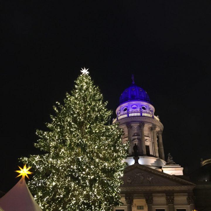 O pinheiro de Natal do mercado de Gendarmenmarkt em Berlim