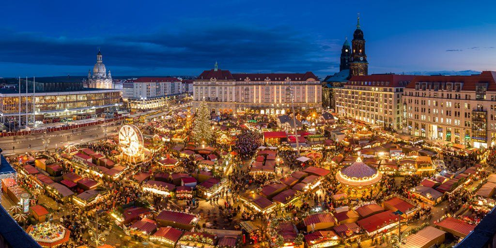 O mercado de Natal Striezelmarkt na cidade alemã de Dresden